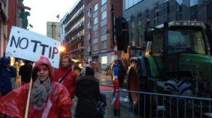 Protestniki pred Evropsko komisijo (Vir: RTBF.be)