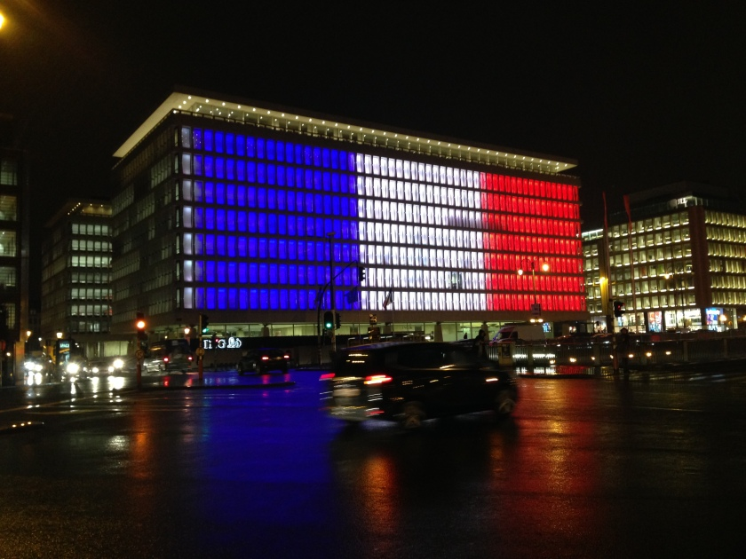 Francoska trobojnica na eni izmed bruseljskih stavb.